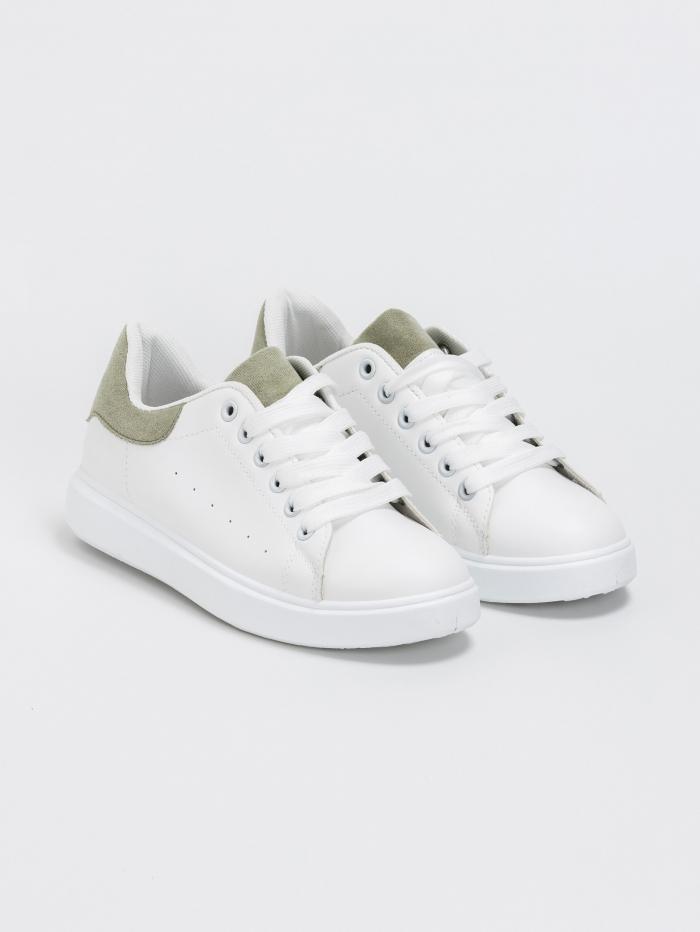 Basic sneakers με χρωματική λεπτομέρεια