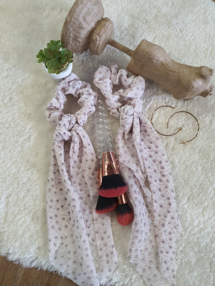 Φλοράλ scrunchies με κορδέλα