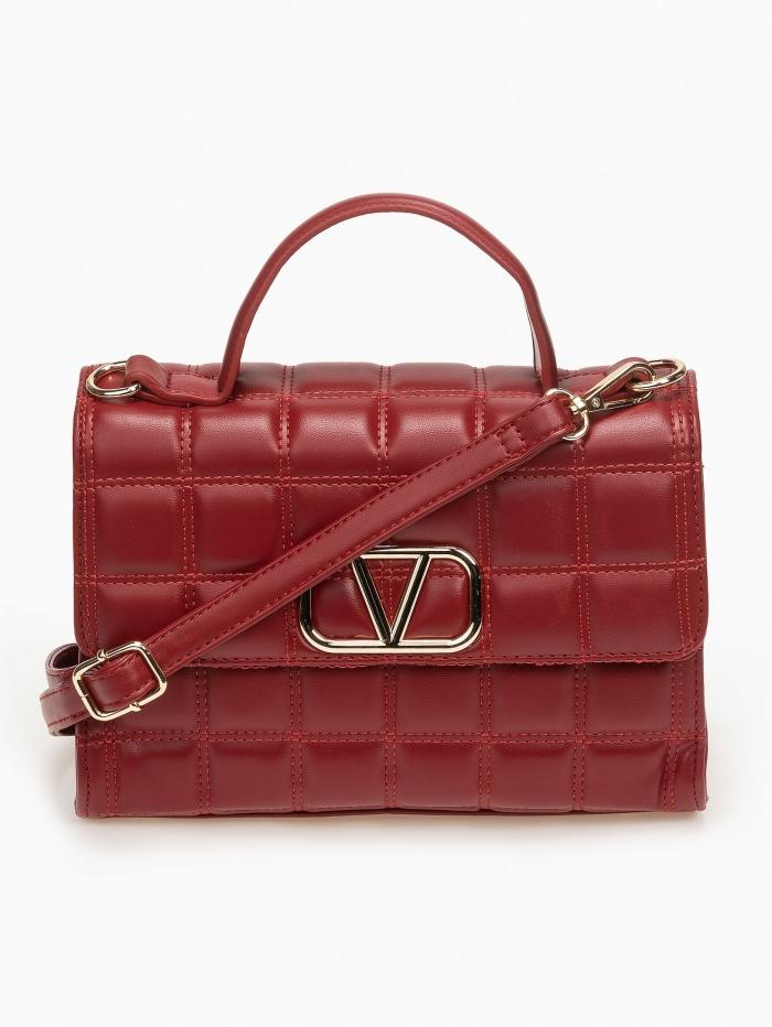 Καπιτονέ τσάντα με μεταλλική λεπτομέρεια