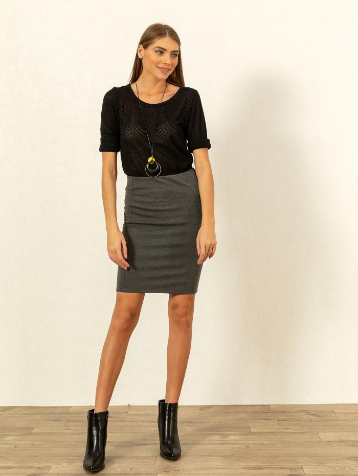 Κοντή ελαστική φούστα σε ίσια γραμμή