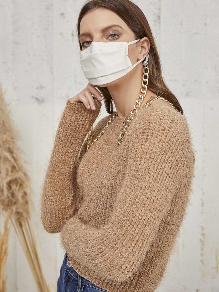 Μάσκα με χρυσή αλυσίδα