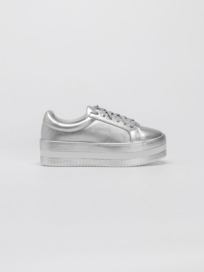 Μονόχρωμα sneakers με κορδόνια και ριγωτή flatform σόλα