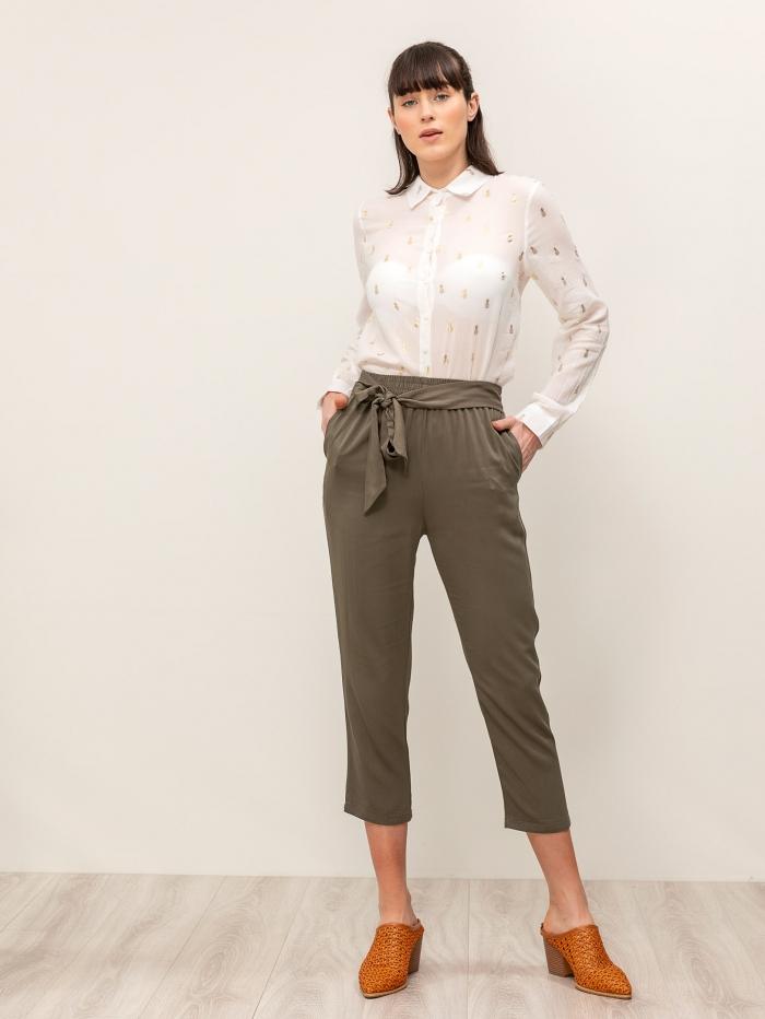 Μονόχρωμη παντελόνα με λάστιχο στη μέση