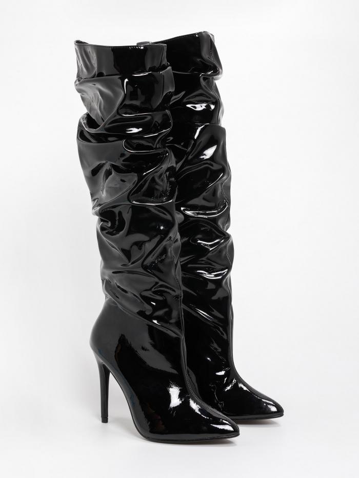 Μπότες λουστρίνι με σούρες και λεπτό τακούνι