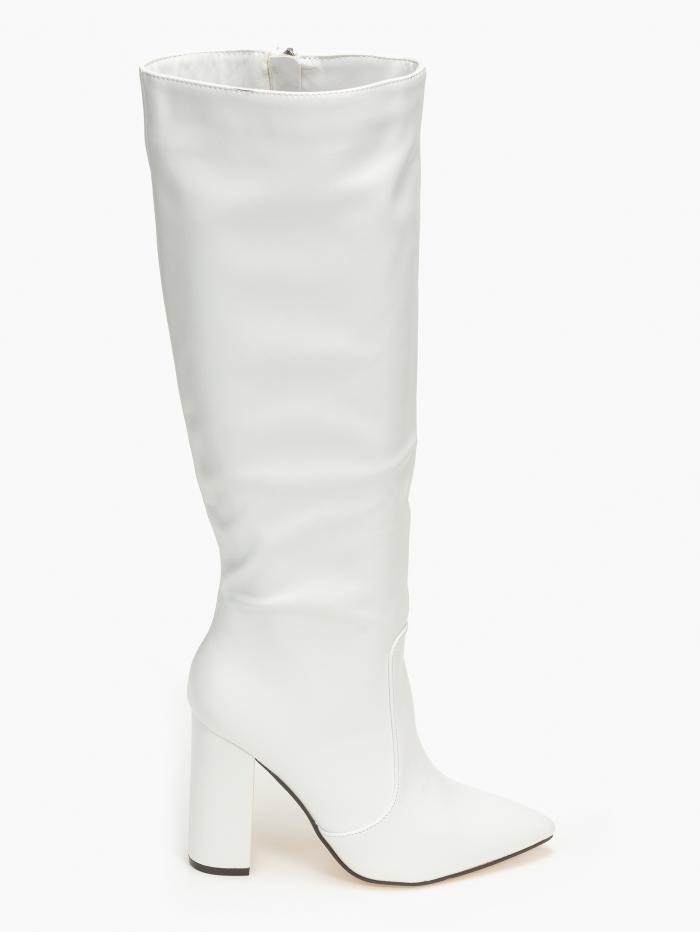 Μπότες με μυτερό τελείωμα και χοντρό τακούνι