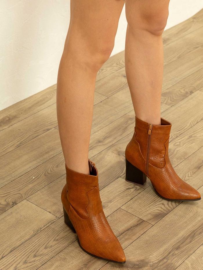 Μυτερά ankle boots με croco