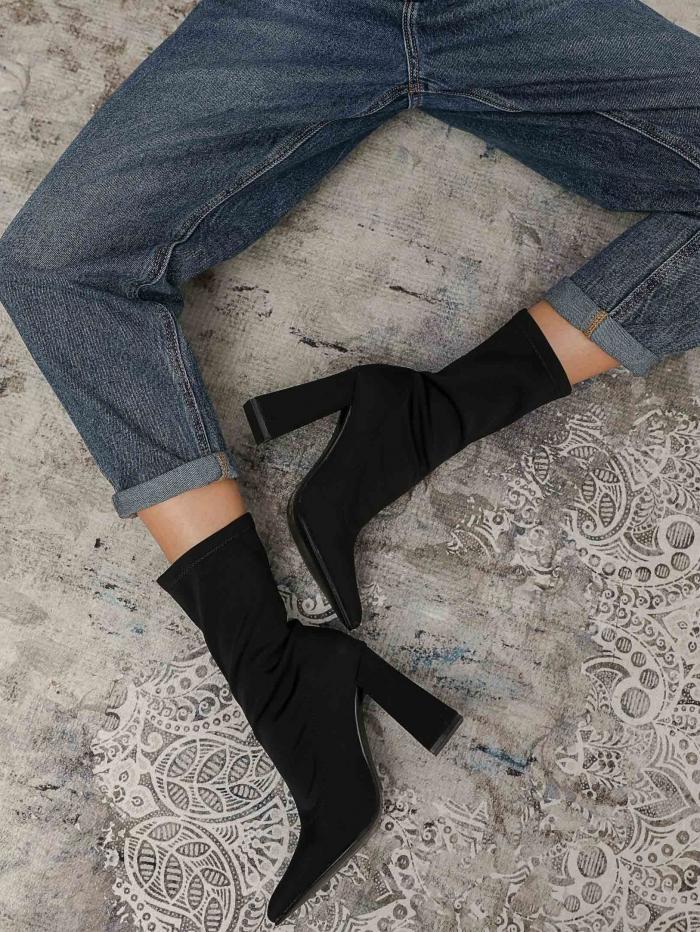 Μυτερά μποτάκια τύπου κάλτσα με χοντρό τακούνι