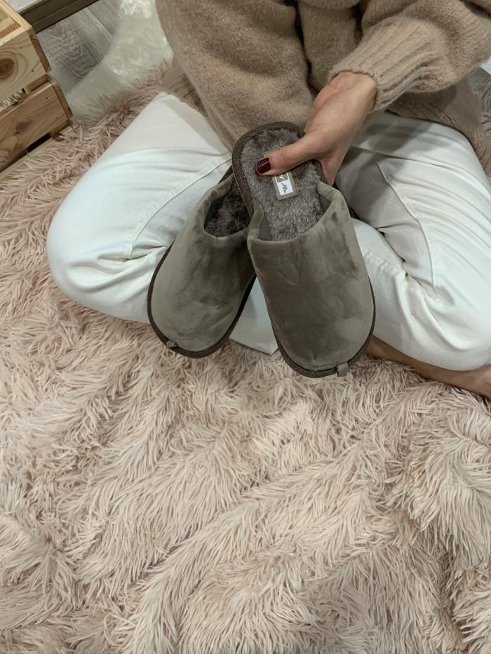 Μονόχρωμες βελουτέ παντόφλες