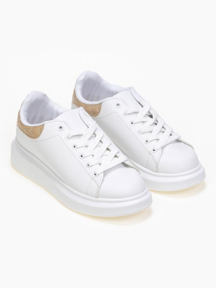 Sneakers με καπιτονέ λεπτομέρειεα