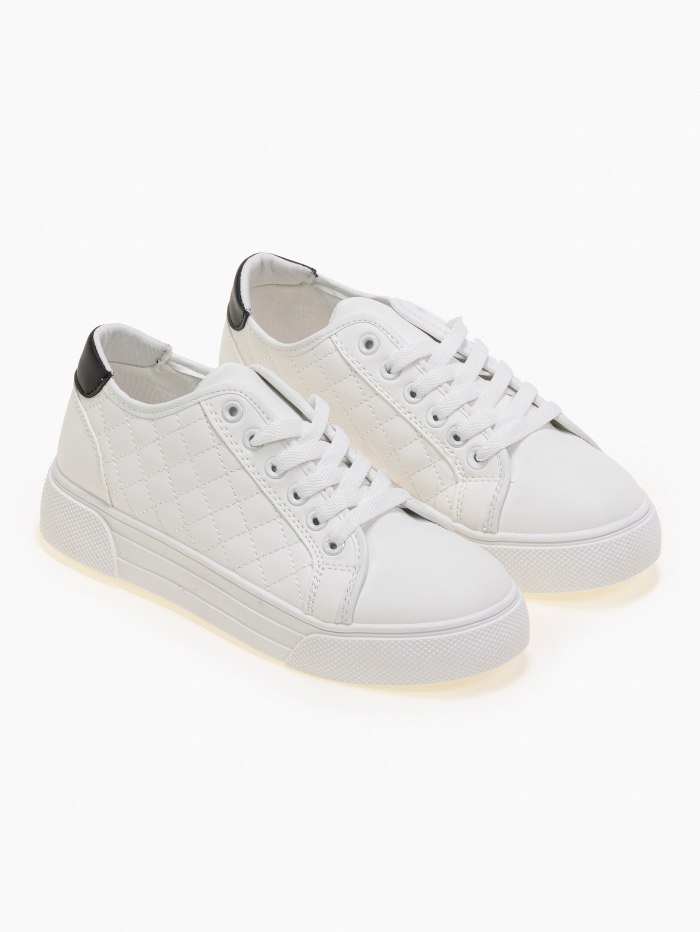 Sneakers με καπιτονέ σχέδιο και χρωματική λεπτομέρεια