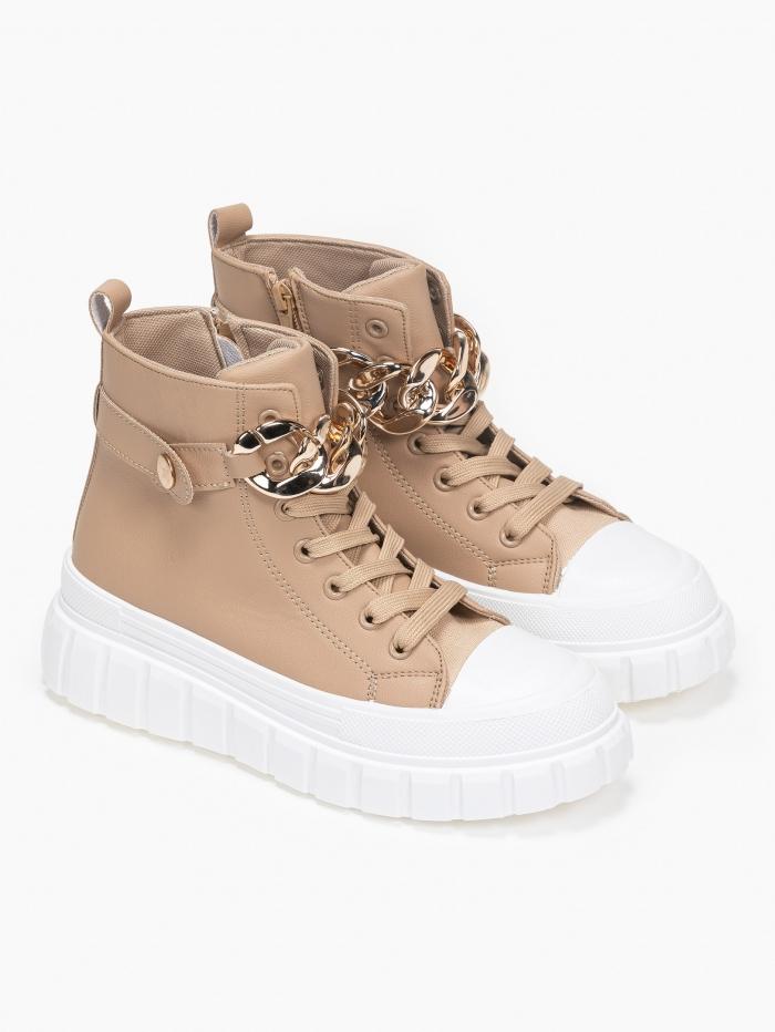 Sneakers με χρυσή αλυσίδα